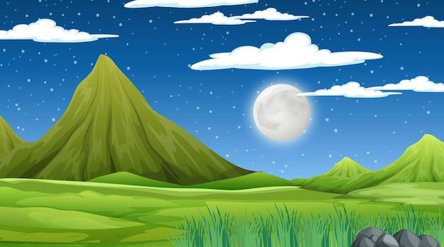 Leere wiesenlandschaft mit bergszene bei nacht