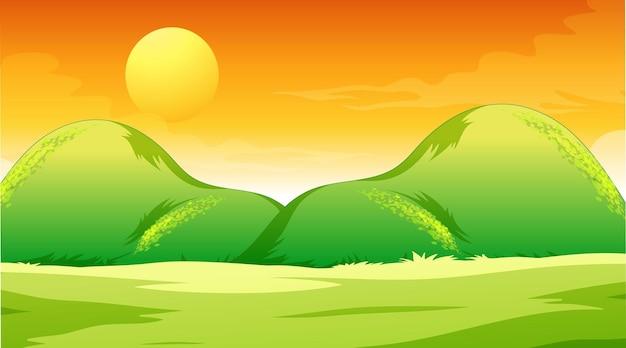 Leere wiesenlandschaftsszene bei sonnenuntergang