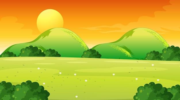Leere wiesenlandschaftsszene zur sonnenuntergangszeit