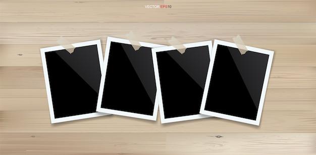 Leerer fotorahmen oder bilderrahmen auf holzhintergrund