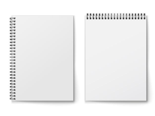 Leerer geschlossener realistischer spiralblock, der auf weißem hintergrund lokalisiert wird.