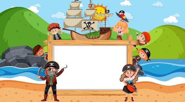 Leerer holzrahmen mit vielen piratenkinderzeichentrickfilm-figuren am strand
