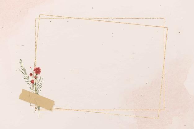 Leerer rechteckiger goldrahmen auf rosa hintergrundschablone