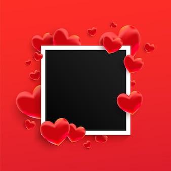 Leerer schwarzer fotorahmen mit vielen roten herzformen