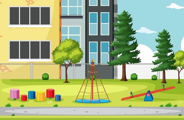 Leerer spielplatz mit gebäudelandschaft