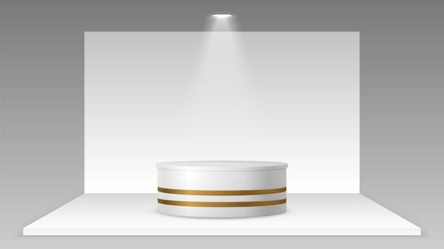 Leerer stand mit licht. realistisches podest-plattformmodell, weiße ausstellungsraumwand und -boden. 3d-ausstellung expo oder business-pavillon-vektor-illustration. leeres podium, leichte podestplattform
