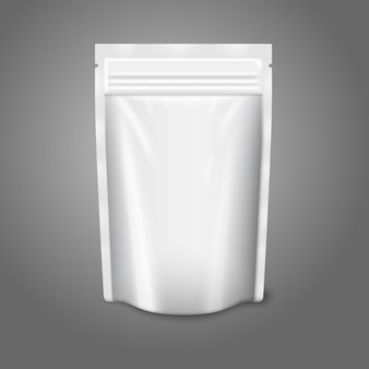Leerer weißer realistischer plastikbeutel mit reißverschluss lokalisiert auf grauem hintergrund mit platz