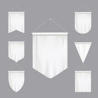 Leerer weißer spott herauf das wimpeldreieck kennzeichnet verschiedene formen, die den realistischen satz der hängenden fahnen verjüngen, lokalisierte illustration