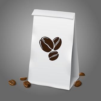 Leerer weißer, vektorrealistischer papierverpackungskaffeebeutel mit kaffeezeichen und kaffeebohnen, mit platz für ihr design und branding. auf grauem hintergrund isoliert.