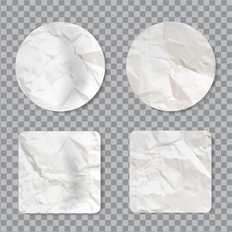 Leerer zerknitterter aufklebersatz. leeres klebriges etikett mit realistischer faltiger papierstruktur