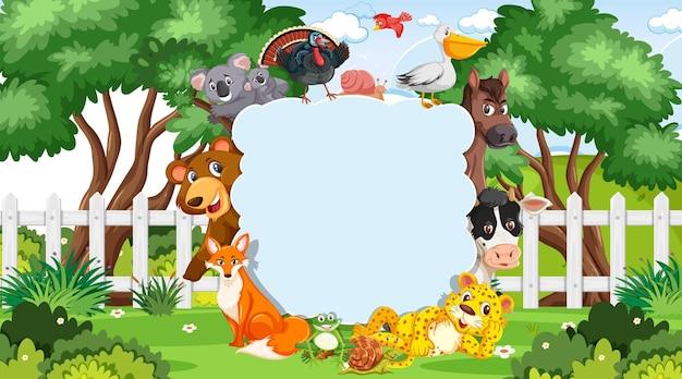 Leeres banner mit verschiedenen wilden tieren im park