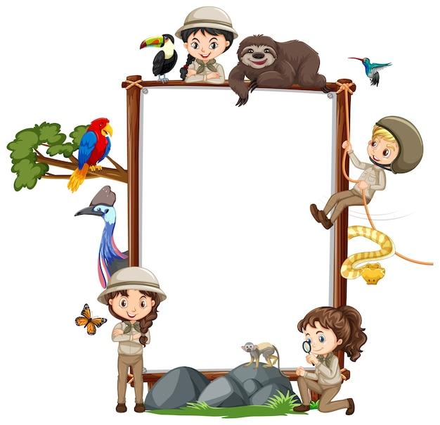 Leeres banner mit vielen kindern und wilden tieren auf weiß