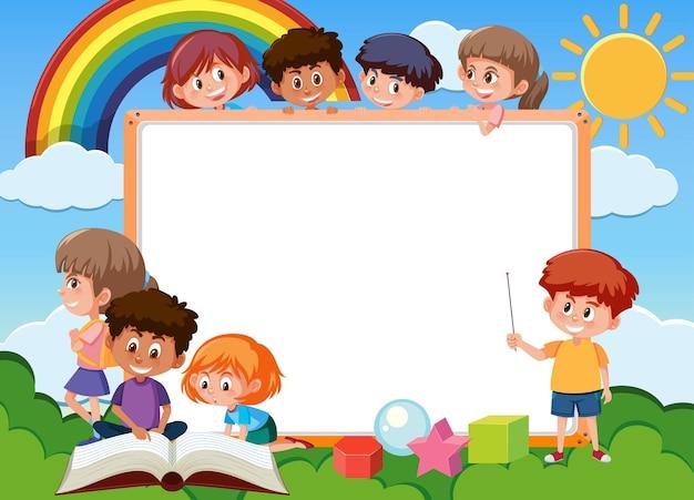 Leeres brett mit vielen kinderzeichentrickfilm-figuren