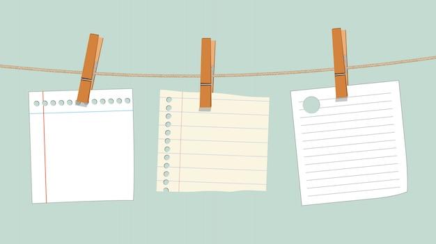 Leeres briefpapier, das am seil mit holz hängt