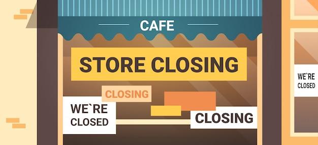Leeres geschlossenes café mit gelbem konkursschließzeichen coronavirus-pandemiequarantäne