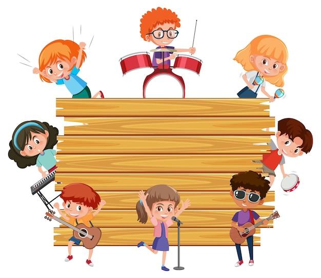 Leeres holzbrett mit kindern, die verschiedene musikinstrumente spielen
