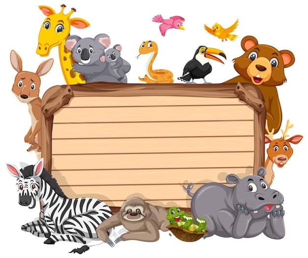 Leeres holzbrett mit verschiedenen wildtieren