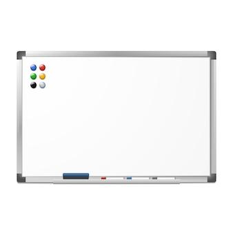 Leeres magnetisches trockenes löschen whiteboard mit dem radiergummi, 3 markierungen und 6 magneten lokalisiert auf weiß. silber aluminiumrahmen. klares brett.
