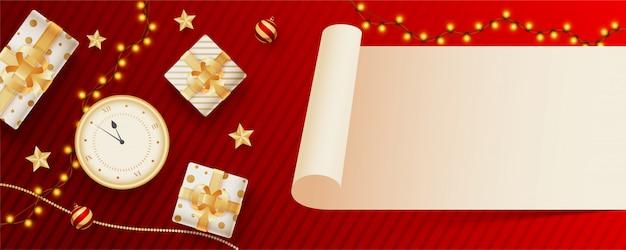 Leeres rollenpapier gegeben für ihre mitteilung mit draufsicht der uhr, der geschenkboxen und der beleuchtungsgirlande verziert auf rotem gestreiftem. header oder banner