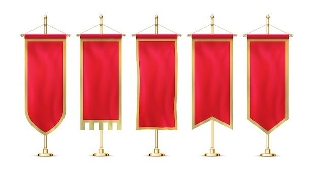 Leeres rotes wimpelflaggenbanner, das an realistischem stilvollem retro-stil-set der goldenen gestellstange hängt.