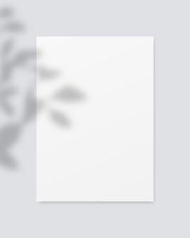 Leeres weißes papier mit schattenüberlagerung. . vorlagenentwurf. realistische vektorillustration.