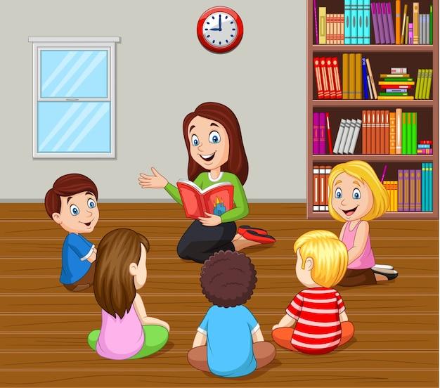 Lehrer, der den kindern im klassenzimmer eine geschichte erzählt