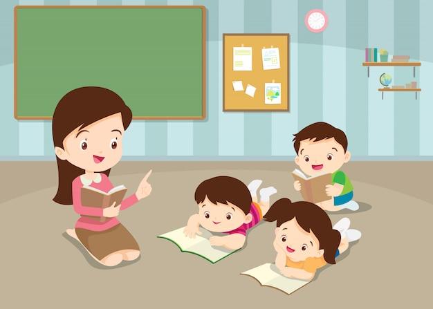 Lehrer, der die lesebücher der nette kinder unterrichtet