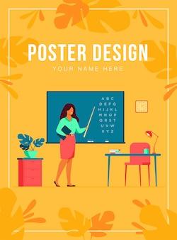 Lehrer, der nahe tafel steht und stab lokalisierte flache illustration hält. karikaturfrauenfigur nahe tafel und auf alphabet zeigend. schul- und lernkonzept