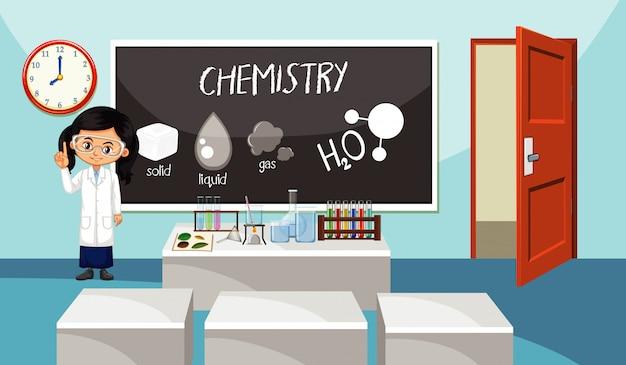 Lehrer für naturwissenschaften, der vor dem klassenzimmer steht