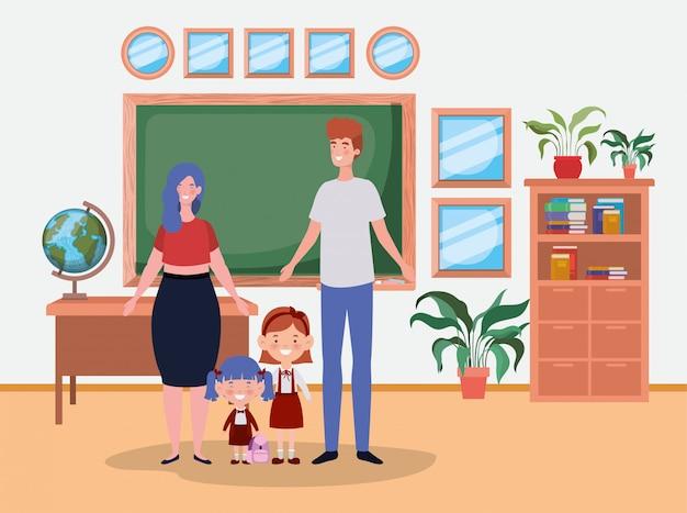 Lehrerpaare mit kleinen studentenkindern im klassenzimmer