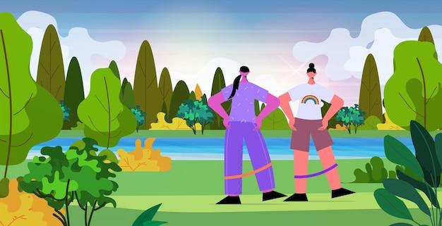 Lesbisches paar, das übungen mit widerstandsband im park macht lgbt-parade pride festival transgender-liebeskonzept landschaftshintergrund horizontale vektorillustration in voller länge