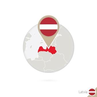 Lettland-karte und flagge im kreis. karte von lettland, flaggenstift lettlands. karte von lettland im stil der welt. vektor-illustration.