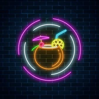Leuchten sie neonzeichen der cocktailbar auf dunklem backsteinmauerhintergrund. glühende gaswerbung mit alkoholshake in kokosnuss.