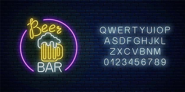 Leuchtendes neonbierbar-schild im kreisrahmen mit alphabet. leuchtendes werbeschild pub.