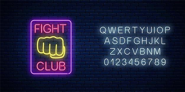 Leuchtendes neonkampfklubzeichen mit alphabet auf backsteinmauerhintergrund.