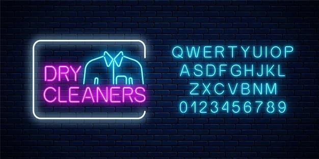 Leuchtendes zeichen der neonreinigung mit hemd im rechteckrahmen und im alphabet auf einem dunklen backsteinmauerhintergrund. design des reinigungsservice-schilds. illustration