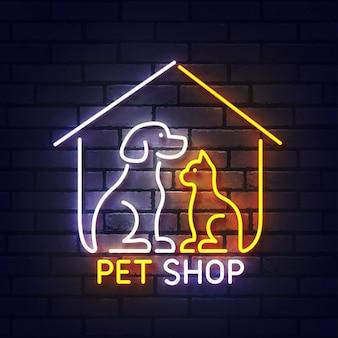 Leuchtreklame der zoohandlung. leuchtendes neonlichtschild des hunde- und katzenhaustierhauses. zeichen der zoohandlung mit bunten neonlichtern lokalisiert auf backsteinmauer.
