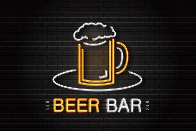 Leuchtreklame des bierkrugs zur dekoration auf dem wandhintergrund. realistisches neonlogo für bierbar. konzept von café, pub oder restaurant.