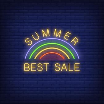 Leuchtreklame des sommer-besten verkaufs. illustration mit glühendem gelbem text und regenbogen auf backsteinmauer