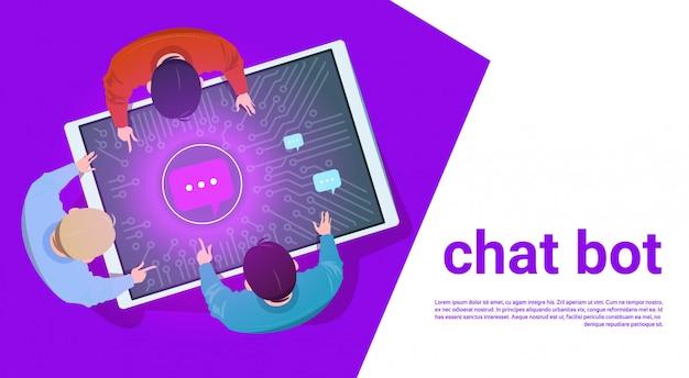 Leute am digital-tablet benutzen chat bot support service-draufsicht