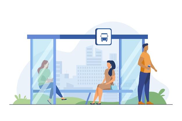 Leute, die an der bushaltestelle auf öffentliche verkehrsmittel warten. bank, lesen, stadtbild flache vektorillustration. verkehrs- und lifestyle-konzept