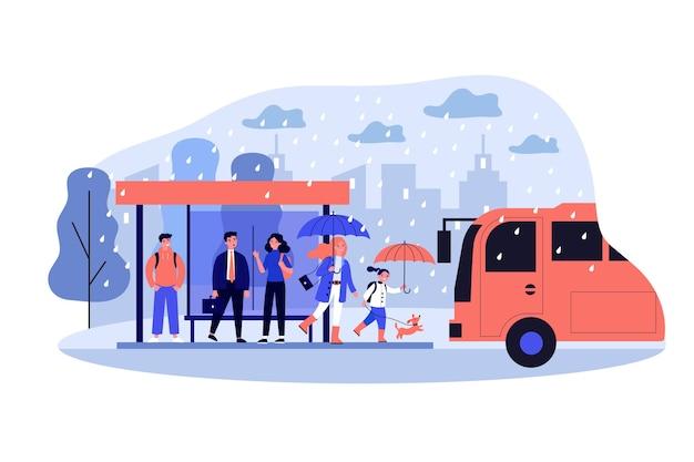 Leute, die auf bus an bushaltestelle in regnerischem tag warten. stadt, fahrzeug, straße, regenillustration. öffentliches verkehrs- und wetterkonzept für banner, website oder landing-webseite