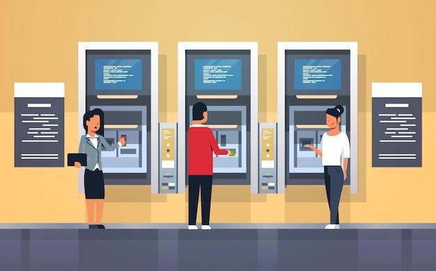 Leute, die bargeld über geldautomaten abheben