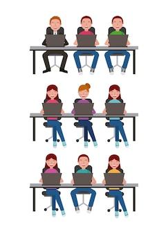 Leute, die beim lernen auf dem laptoplernen sitzen