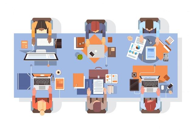 Leute, die computer-wirtschaftler-arbeitsplatz-tischplatte-winkelsicht-teamwork verwenden