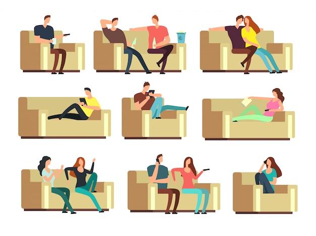 Leute, die fernsehen, beim telefon liegen und auf der couch eine kleinigkeit essen. zeichen am feiertagsvektorsatz