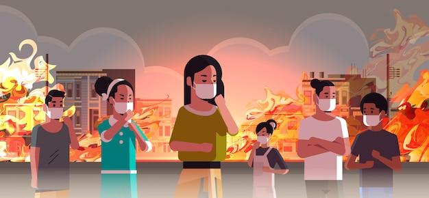 Leute, die gefährliches verheerendes feuer der schutzmasken auf stadtstraße mit brennendem busidings feuerentwicklungs-naturkatastrophenkonzept der globalen erwärmung intensives orange flammenstadtbild horizontal tragen