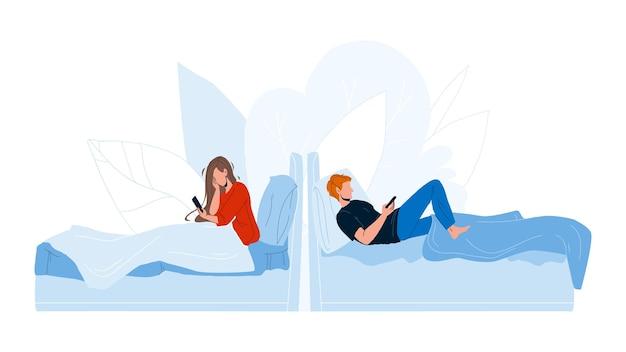 Leute, die im bett liegen und handy-vektor verwenden. junger mann und frau im bett mit smartphone. charaktere mit kommunikationsgerät im schlafzimmer, schlafenszeit mit flacher karikaturillustration des elektronischen geräts