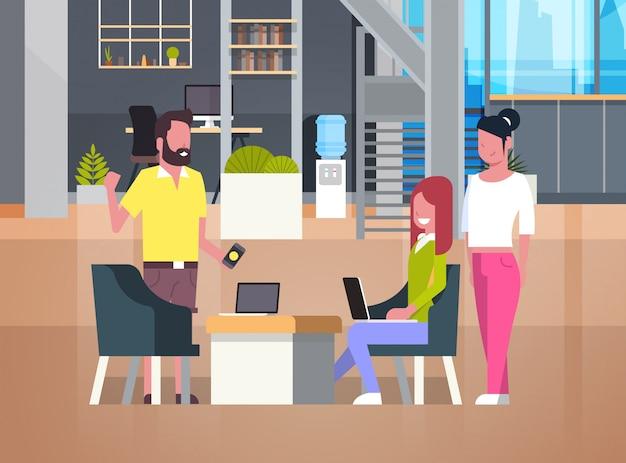 Leute, die in coworking office casual businesspeople group in der mitarbeiter-mitte arbeiten