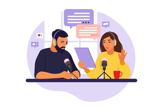 Leute, die podcast im studio aufnehmen